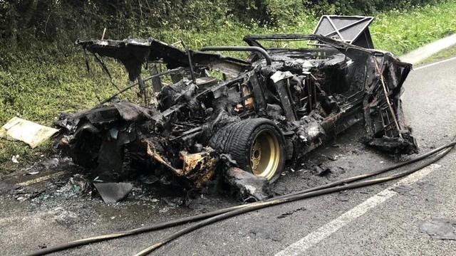 Xót xa siêu xe Lamborghini của tỷ phú buôn vàng bị cháy thành than và vứt chỏng chơ trên đường - Ảnh 1.