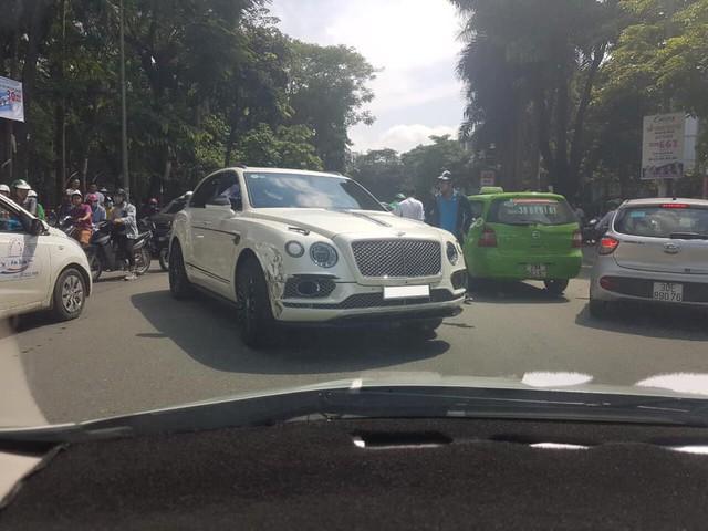 Bentley Bentayga độ Mansory độc nhất Việt Nam gãy bánh sau pha va chạm với taxi - Ảnh 3.