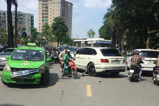 Clip ghi lại cảnh taxi va chạm Bentley Bentayga độ Mansory độc nhất Việt Nam - Ảnh 2.