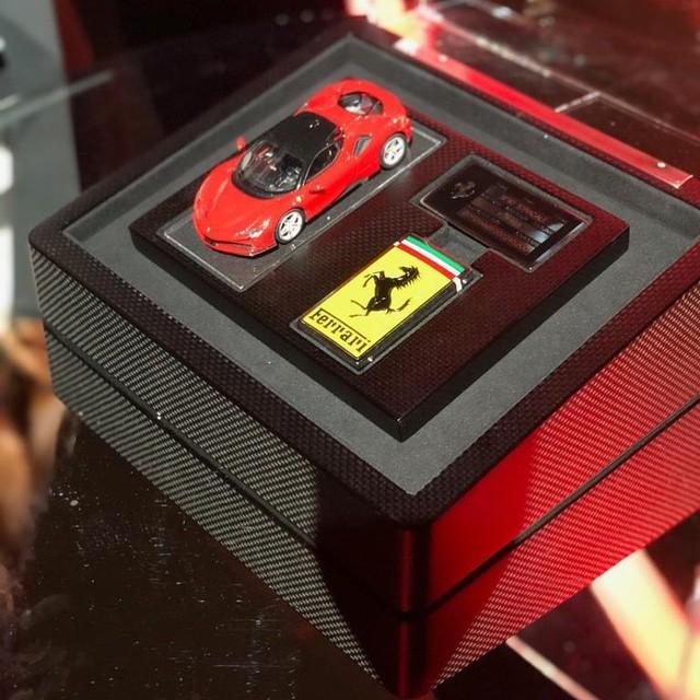 Bộ chìa khoá cầu kỳ gồm cả mô hình xe của chủ nhân sở hữu siêu xe triệu đô Ferrari SF90 Stradale - Ảnh 3.