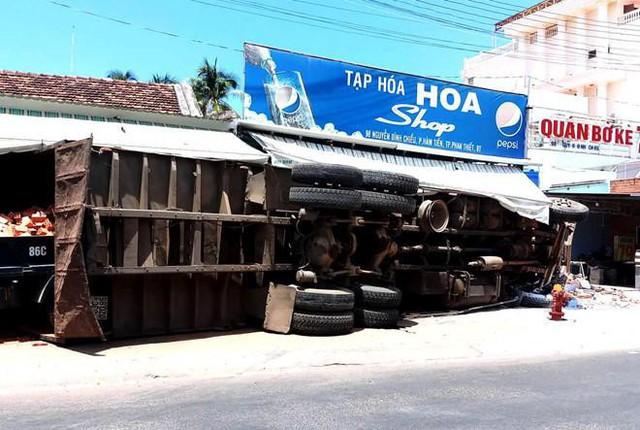 Khoảnh khắc xe tải chở gạch lao vào cửa hàng tạp hoá, nhiều người la hét bỏ chạy - Ảnh 2.