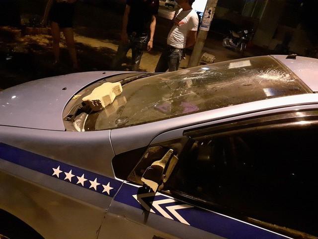 Khách nước người xô xát với tài xế taxi, cầm gạch ném vào xe giữa phố Hà Nội - Ảnh 1.