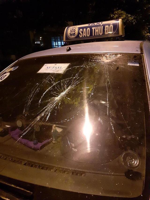 Khách nước người xô xát với tài xế taxi, cầm gạch ném vào xe giữa phố Hà Nội - Ảnh 2.