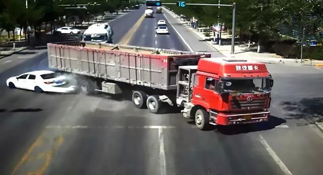 Pha đánh lái xuất thần của tài xế xe tải cứu sống gia đình 4 người - Ảnh 5.