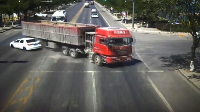 Pha đánh lái xuất thần của tài xế xe tải cứu sống gia đình 4 người - Ảnh 4.