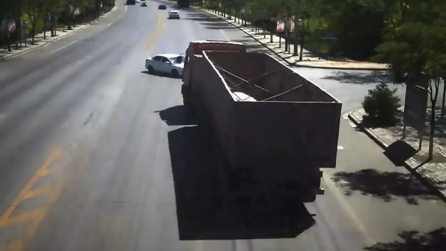 Pha đánh lái xuất thần của tài xế xe tải cứu sống gia đình 4 người - Ảnh 3.