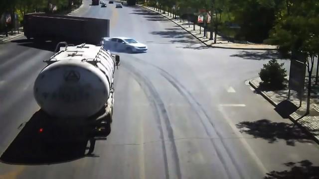 Pha đánh lái xuất thần của tài xế xe tải cứu sống gia đình 4 người - Ảnh 2.