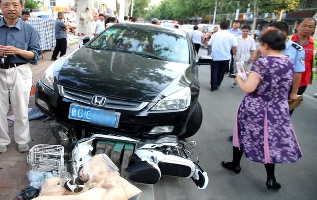 Nữ tài xế Honda Accord thực hiện màn đỗ xe hoành tráng ủi 6 chiếc xe làm cả khu phố ngỡ ngàng - Ảnh 5.