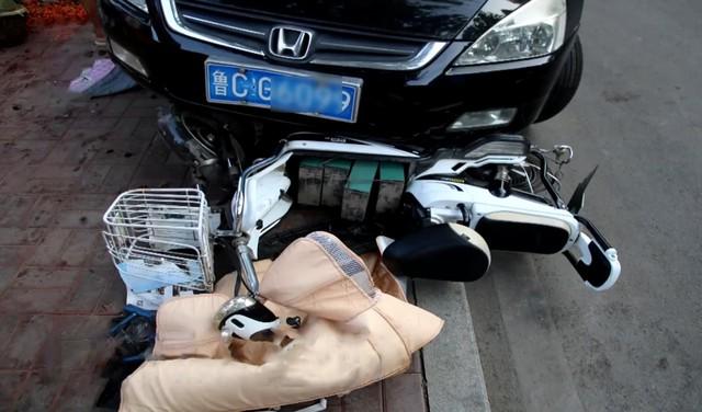 Nữ tài xế Honda Accord thực hiện màn đỗ xe hoành tráng ủi 6 chiếc xe làm cả khu phố ngỡ ngàng - Ảnh 4.