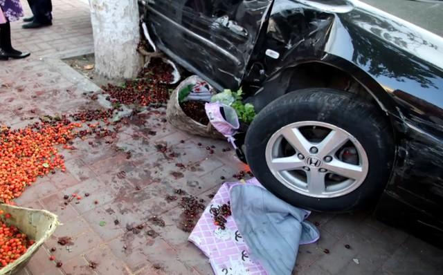 Nữ tài xế Honda Accord thực hiện màn đỗ xe hoành tráng ủi 6 chiếc xe làm cả khu phố ngỡ ngàng - Ảnh 3.