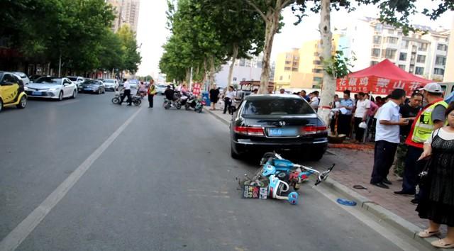 Nữ tài xế Honda Accord thực hiện màn đỗ xe hoành tráng ủi 6 chiếc xe làm cả khu phố ngỡ ngàng - Ảnh 2.