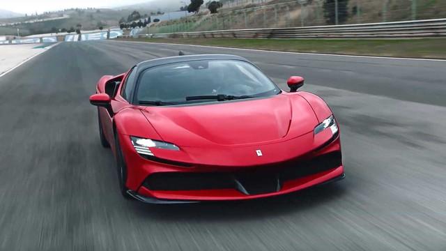 Siêu xe siêu tiết kiệm là đây: Ferrari SF90 Stradale mạnh gần 1.000 mã lực, chạy hơn 1.100 km với một bình xăng - Ảnh 1.