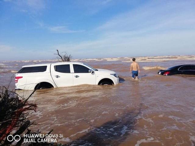 Xót xa cảnh xế tiền tỷ Mercedes-Benz E-Class bị nước biển chôn vùi cùng Mitsubishi Triton ở Nam Định - Ảnh 1.