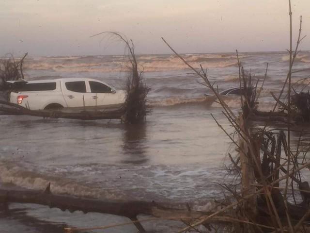 Xót xa cảnh xế tiền tỷ Mercedes-Benz E-Class bị nước biển chôn vùi cùng Mitsubishi Triton ở Nam Định - Ảnh 2.