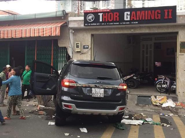 Ô tô 7 chỗ lao thẳng vào nhà dân, đâm sập bức tường dày, dân mạng bàn tán về độ cứng của xe - Ảnh 1.