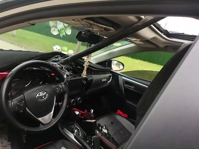 Tử thần ngủ quên, cặp đôi trong chiếc Toyota Corolla thoát chết sau khi cọc thép dài 10 mét đâm xuyên táp lô - Ảnh 2.