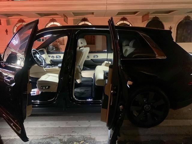 Rolls-Royce Cullinan thứ 3 lăn bánh tại Hà Nội vào thời điểm ít ai ngờ tới - Ảnh 4.