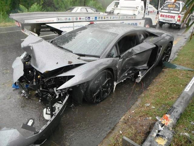 Người đàn ông lái siêu xe Lamborghini Aventador gây tai nạn trên đường đến đám tang của cha mình - Ảnh 1.