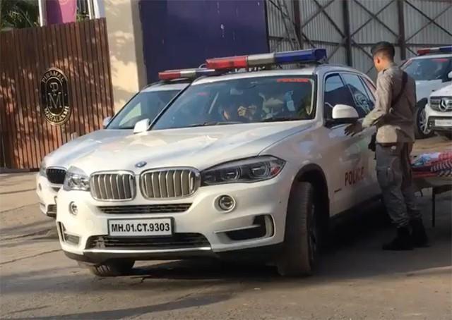 Tỷ phú Ấn Độ đi làm bằng xe bọc thép, cảnh sát hộ tống - Ảnh 3.