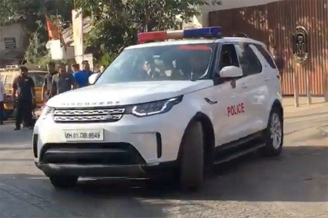 Tỷ phú Ấn Độ đi làm bằng xe bọc thép, cảnh sát hộ tống - Ảnh 4.