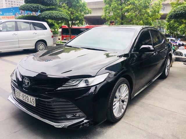 Bốc trúng biển xấu, chủ xe Toyota Camry 2019 mới đi đã rao bán với giá 1,35 tỷ đồng - Ảnh 1.