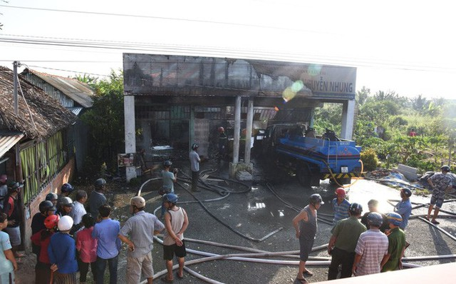 Cây xăng ở Cà Mau bốc cháy dữ dội, nhiều người hú vía - Ảnh 1.