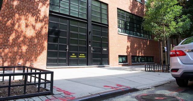 Tỉ phú tự tạo chỗ đỗ xe trái phép, chấp cả thành phố lẫn hàng xóm - Ảnh 1.