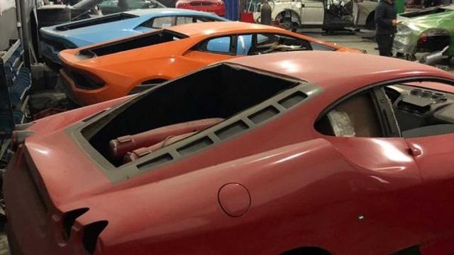 Cảnh sát đóng cửa nhà máy chuyên làm giả siêu xe Ferrari, Lamborghini - nơi hay lui tới của những người thích làm màu và trục lợi - Ảnh 1.