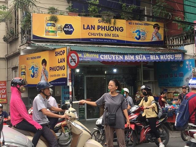 Người phụ nữ và chiếc còi vàng trên con đường tắc - Ảnh 1.