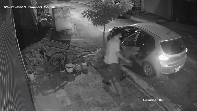 Clip: Người đàn ông đi xế hộp bê trộm chậu mai chiếu thủy đắt tiền lúc rạng sáng - Ảnh 2.