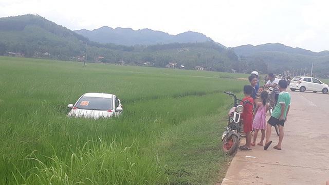 Xe đón dâu mất lái, lao xuống cày nát cả một khoảng ruộng lúa - Ảnh 2.