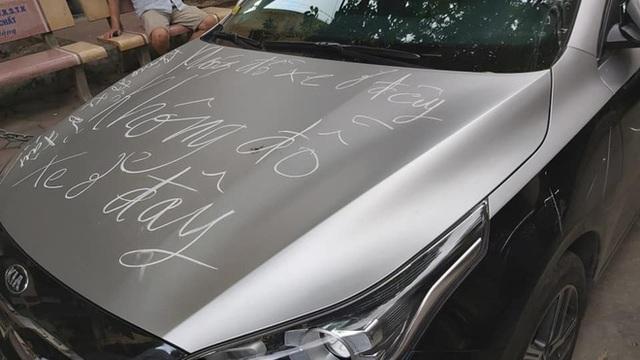 Chắn lối đi chung, chiếc Kia Cerato đổi màu kiểu Maybach bị người dân dùng phấn cảnh cáo ngay trên bộ cánh mới - Ảnh 1.