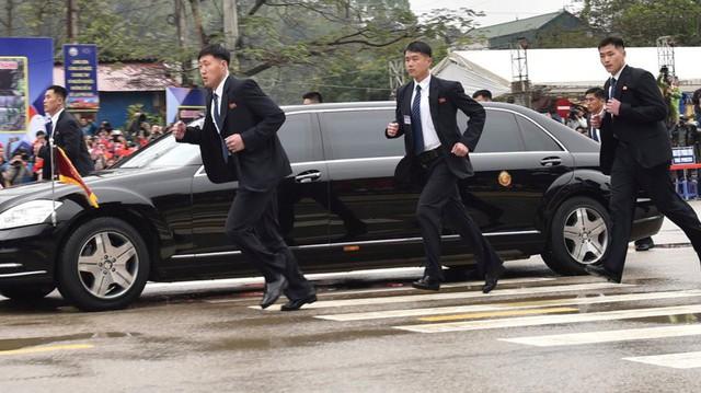 Đây là nguyên nhân khiến đội ngũ cận vệ của ông Kim Jong Un luôn phải chạy theo xe nguyên thủ