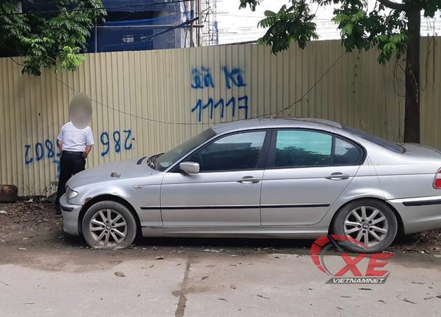 Hà Nội: BMW bị vứt xó bốc mùi khai thối đã được chuyển đi - Ảnh 2.