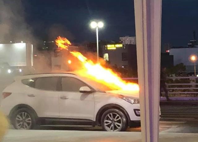 Hyundai Santa Fe bốc cháy ngùn ngụt ở sân bay Đà Nẵng, tài xế tá hỏa chạy ra ngoài kêu cứu - Ảnh 1.