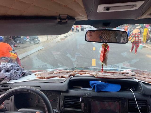 Cá la liệt trong ô tô và hành động có mùi của tài xế khiến hành khách bị ám ảnh - Ảnh 1.