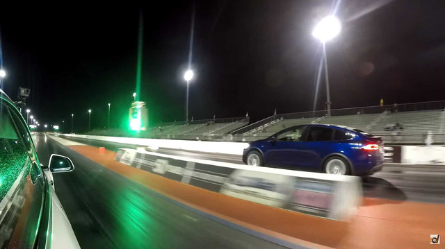SUV điện nhanh nhất Tesla Model X đấu SUV thường nhanh nhất Lamborghini Urus: Ai thắng?