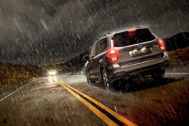 Những điều cần nhớ khi lái xe mùa mưa bão - Ảnh 1.