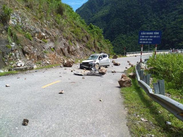 Đang di chuyển trên đường, xe Honda CR-V bị đá lở rơi trúng vỡ toang đầu - Ảnh 1.