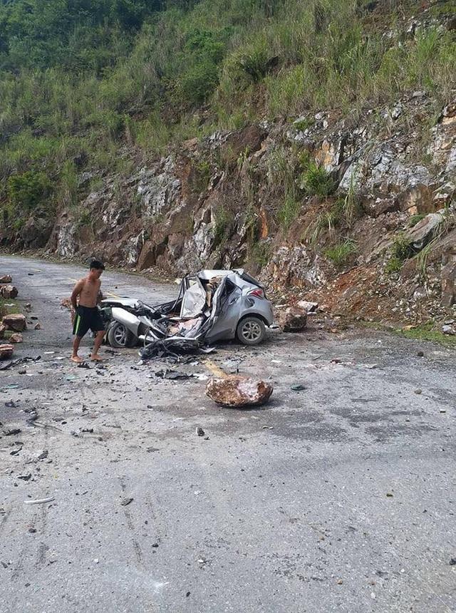 Đang di chuyển trên đường, xe Honda CR-V bị đá lở rơi trúng vỡ toang đầu - Ảnh 3.