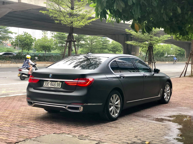 Độ full ngoại thất đen nhám, BMW 7-series 2 năm tuổi bán lại giá hơn 3 tỷ đồng - Ảnh 2.