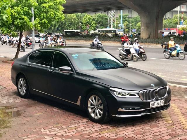 Độ full ngoại thất đen nhám, BMW 7-series 2 năm tuổi bán lại giá hơn 3 tỷ đồng - Ảnh 1.