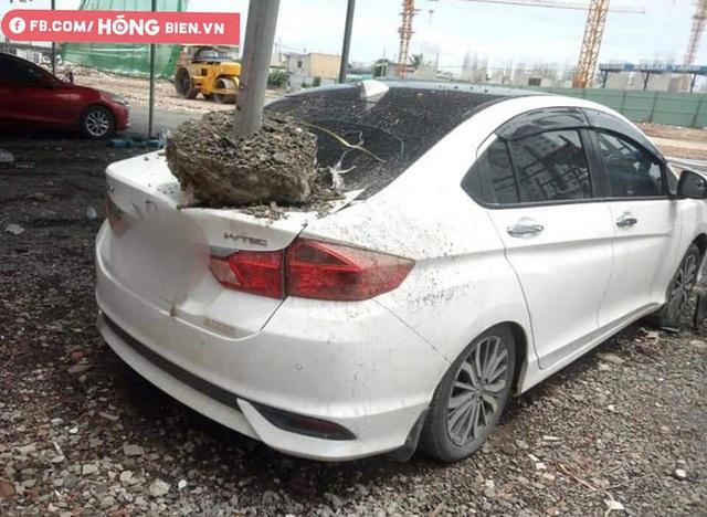 Hình ảnh xe hơi vỡ toác kính, hư hỏng sau trận gió cực lớn ở Sài Gòn được chia sẻ - Ảnh 4.