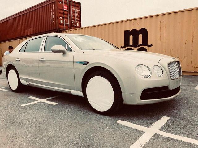 Thêm một chiếc Bentley Flying Spur V8 giá hơn 16 tỷ đồng về Việt Nam - một chi tiết khiến chiếc xe này khác biệt - Ảnh 1.