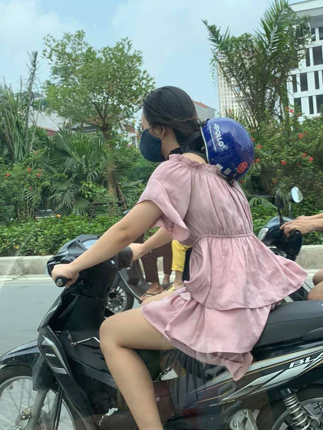 Cô gái chạy xe máy có phong cách đội mũ bảo hiểm khiến cả phố ngoái nhìn - Ảnh 1.