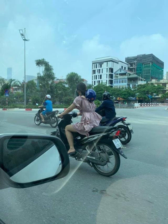 Cô gái chạy xe máy có phong cách đội mũ bảo hiểm khiến cả phố ngoái nhìn - Ảnh 2.