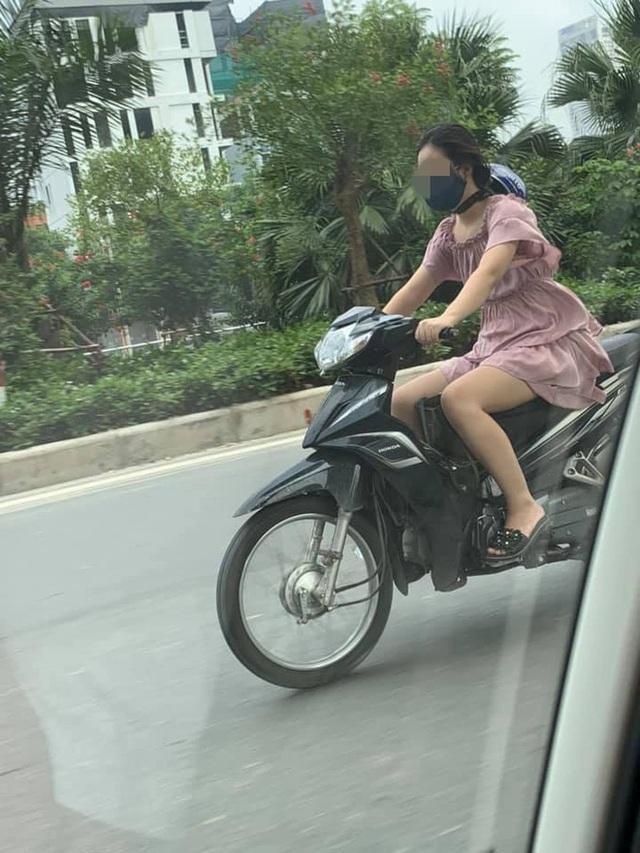Cô gái chạy xe máy có phong cách đội mũ bảo hiểm khiến cả phố ngoái nhìn - Ảnh 3.
