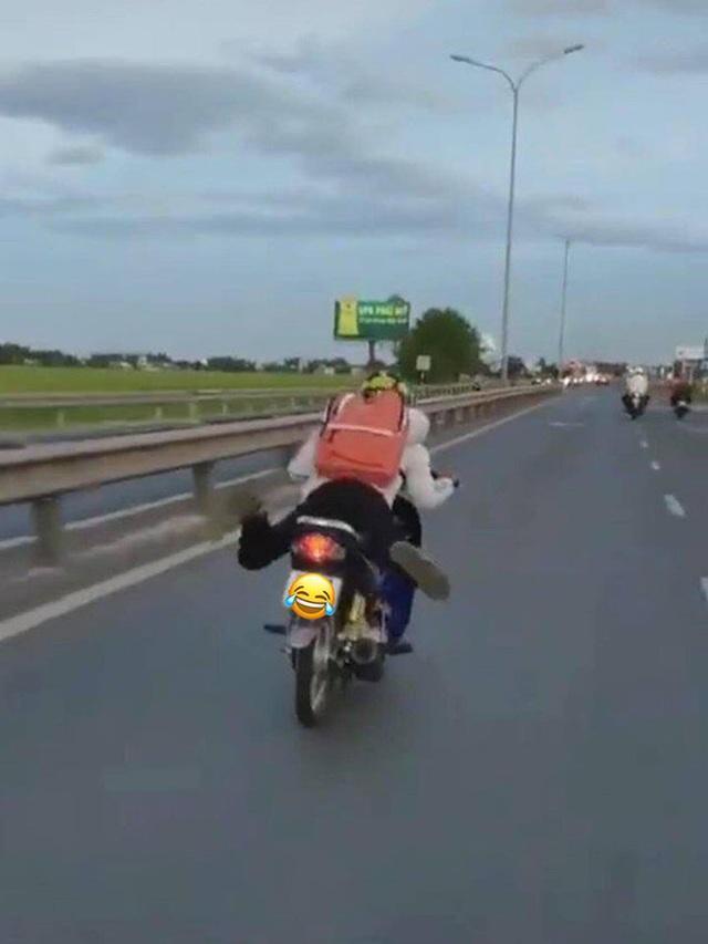 Đi xe máy như diễn xiếc giữa phố, nam thanh niên bị dân mạng chỉ trích gay gắt - Ảnh 1.