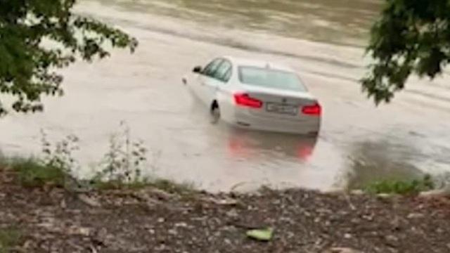 Cậu ấm 18 tuổi vứt BMW 3-Series mới tinh xuống sông vì muốn được tặng xe Jaguar làm quà sinh nhật - Ảnh 1.