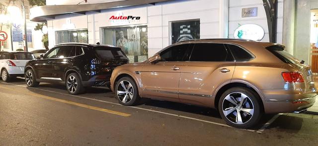 VinFast Lux SA2.0 đọ dáng với Bentley Bentayga trên phố Hà Nội: Xe Việt bề thế và sang xịn không kém xe Anh - Ảnh 3.